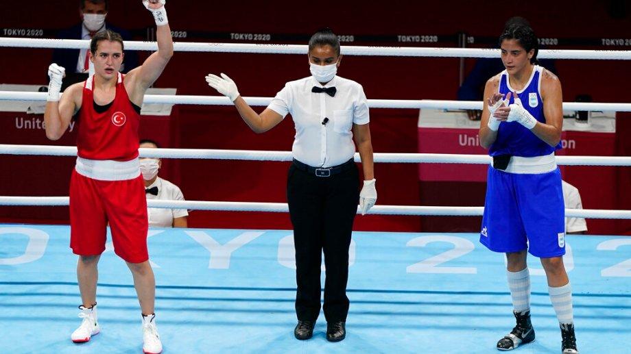 Dayana (derecha) cayó en su presentación pero historia para el deporte nacional. (Foto: AP)