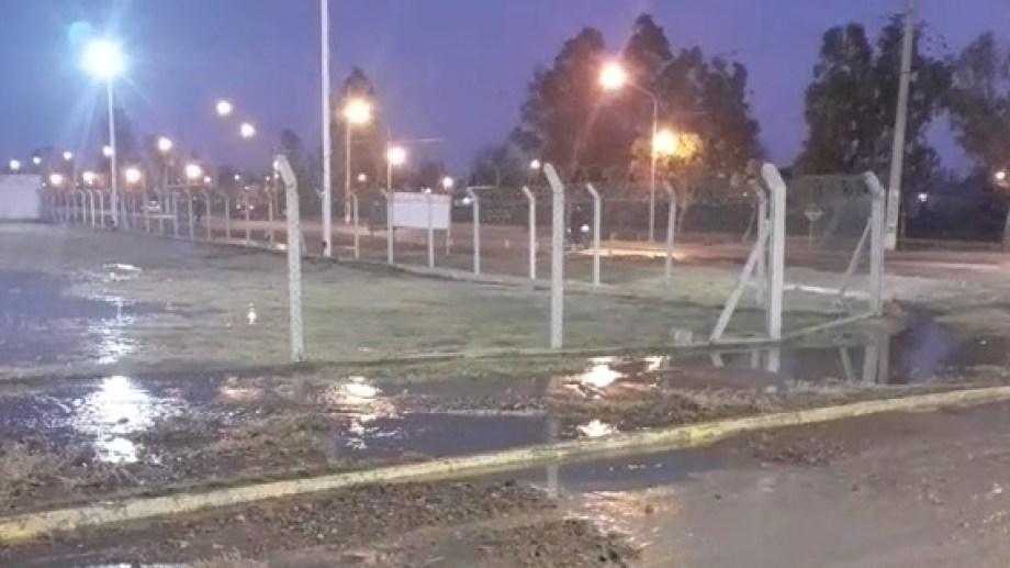 El acueducto principal afectado está ubicado en la intersección de Ruta 65 y calle Martín Fierro. Foto gentileza Radio FM Líder.