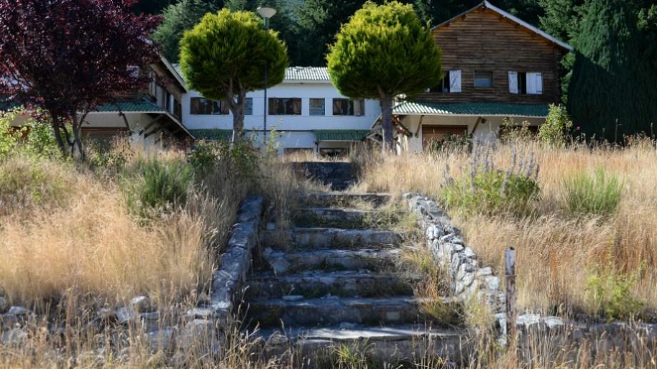 Parques Nacionales resolvió semanas atrás no impulsar el juicio por la ocupación de lotes en Villa Mascardi, junto al hotel que está abandonado y destruido. Archivo