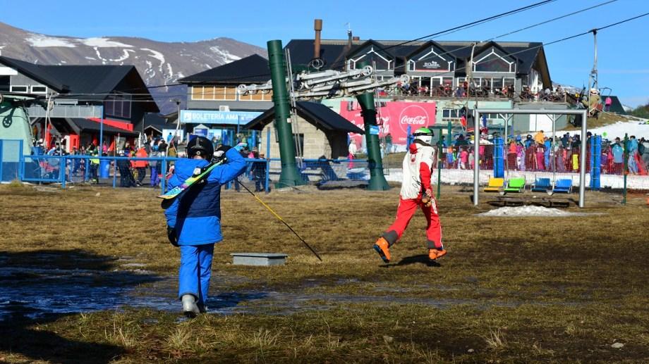 Hoy solo los esquiadores principiantes pueden estar en las pistas con nieve fabricada, no se habilitan otras por falta de nieve. Foto: Alfredo Leiva