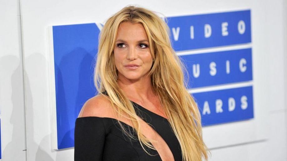 La estrella del pop, lejos de perder su grupo de fans en su peor momento, es acompañada hoy en la batalla legal.-