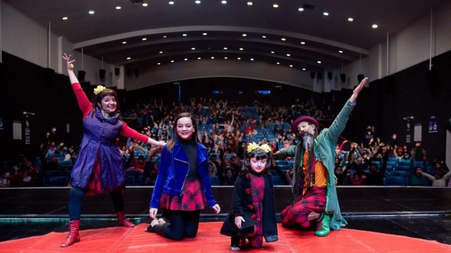 Paola Mamfre y Pablo Vigliano conforman una compañía familiar de circo callejero que completan Camila y Sofía, sus hijas.