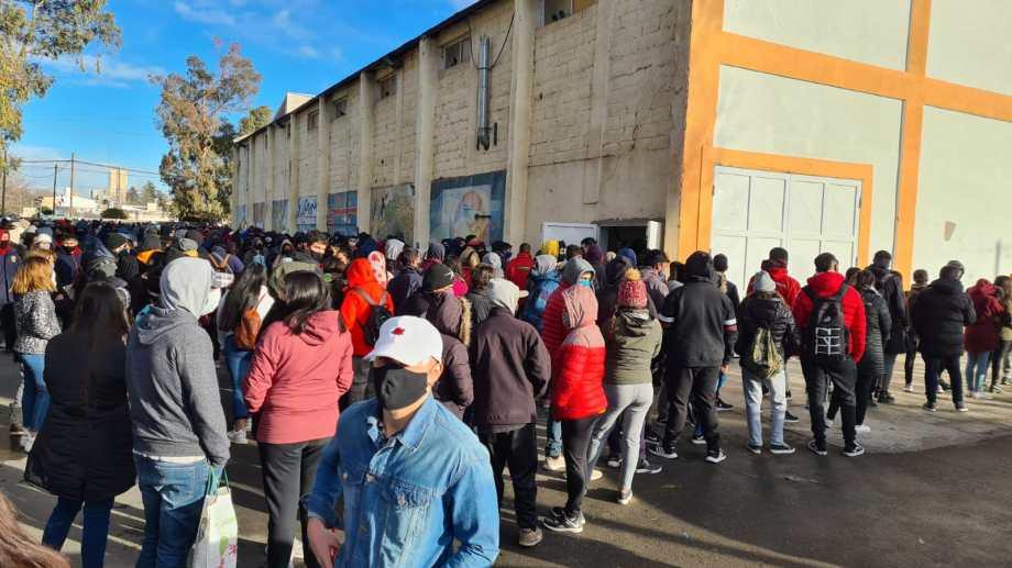 Jóvenes desde la madrugada hicieron fila para acceder a la vacuna en Cutral Co. (Foto Andrea Vazquez)