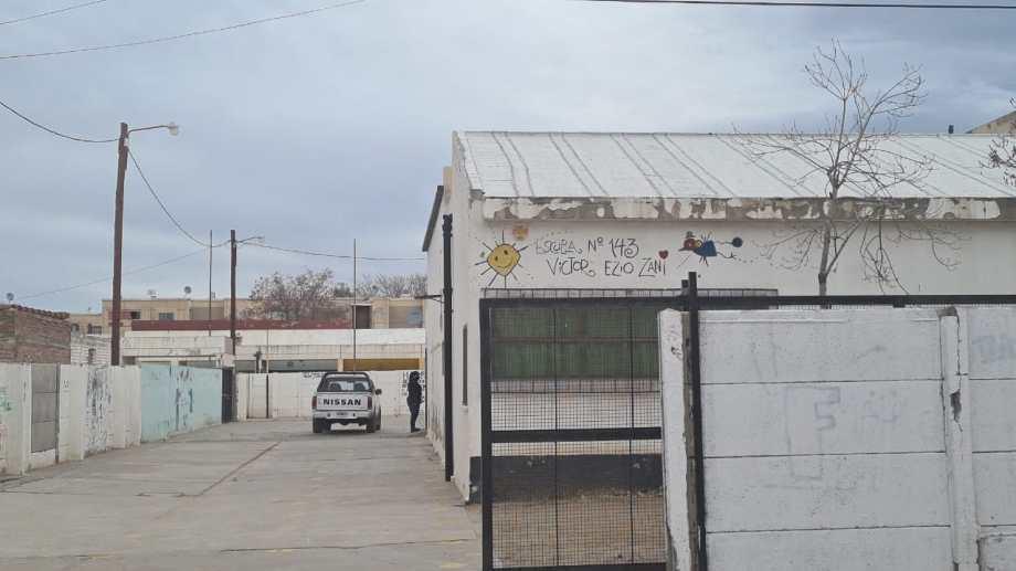 El acceso al patio de la escuela situada en el barrio General San Martín (Andrea Vazquez)