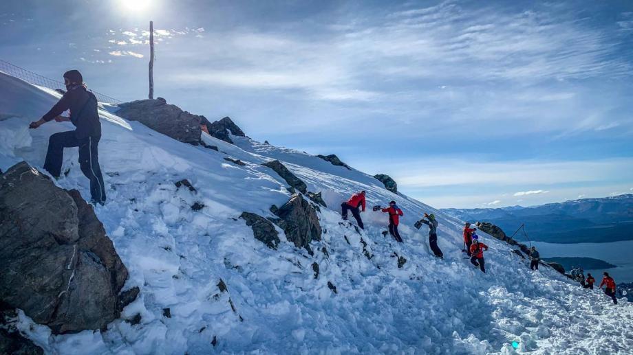 El gerente de montaña de Capsa, Matías Marcaccini, estimó que unas 90 personas participaron este martes en la tarea colectiva. (foto gentileza Capsa)