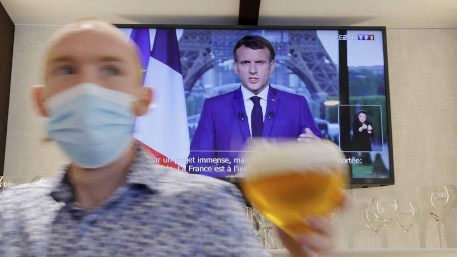 Más de la mitad de la población de Francia recibió al menos una dosis.