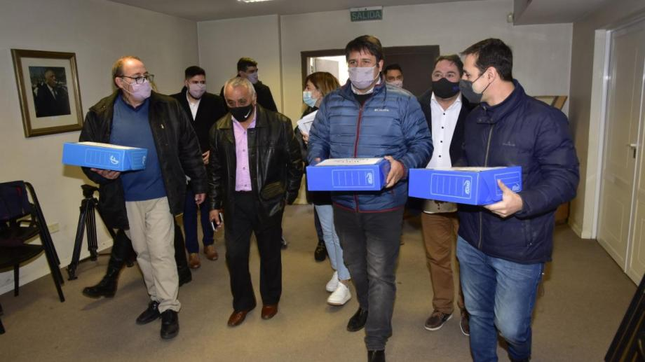 El intendente Mariano Gaido y su candidato a concejal Claudio Domínguez fueron ayer a la Junta de Gobierno a entregar los avales. (Gentileza lista Azul MPN)