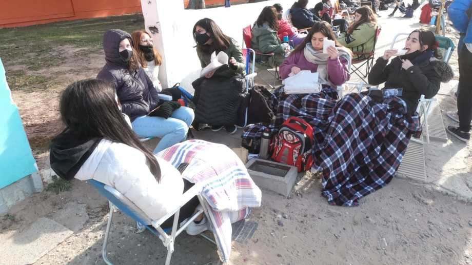 Largas colas se registraron desde temprano en San Antonio, pese a que la vacunación se iniciaba a partir de las 14