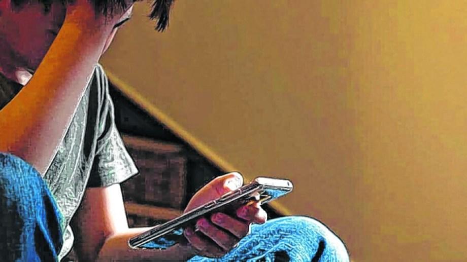 Frente a la pantalla, una postal que para los más jóvenes es inevitable. Hay una aplicación llamada Gapp para denunciar casos de ciberabuso en tiempo real. Foto: archivo