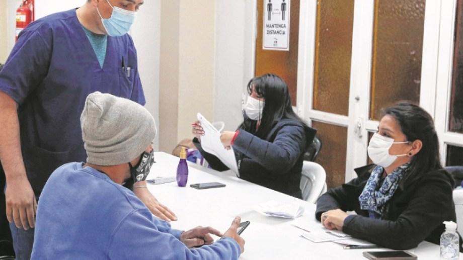 Hoy lunes y mañana martes se vacuna a personas de 18 a 29 años solo con turnos programados. Foto: Juan Thomes