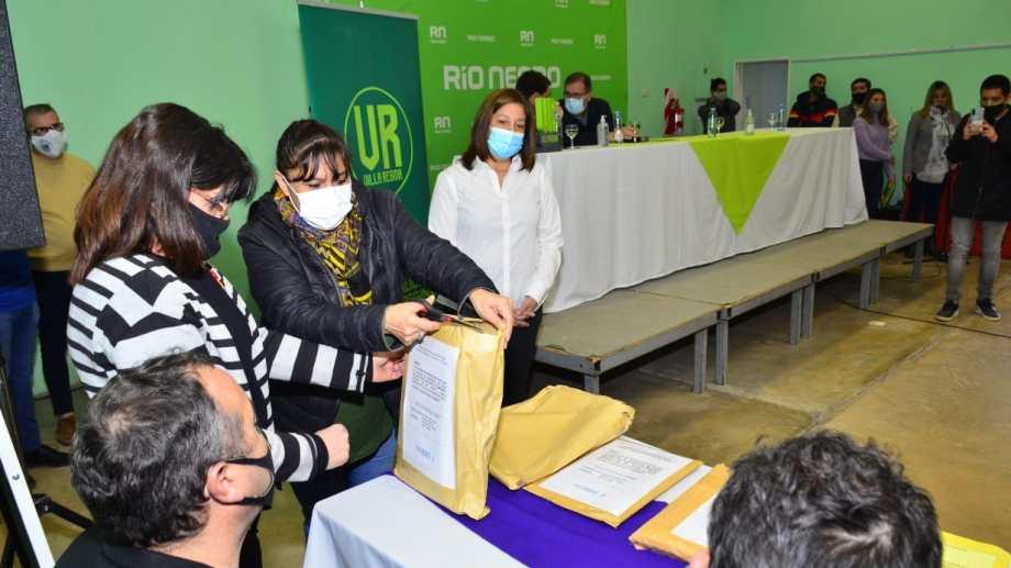 Se conocieron las ofertas para la dotación de servicios a un loteo de Villa Regina. (Foto Néstor Salas)