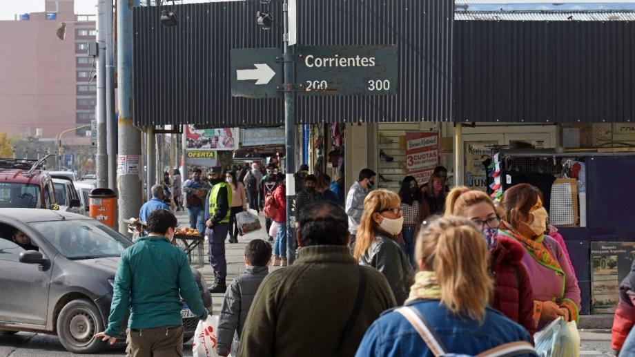 El movimiento de personas en el Bajo de Neuquén. Foto: Florencia Salto