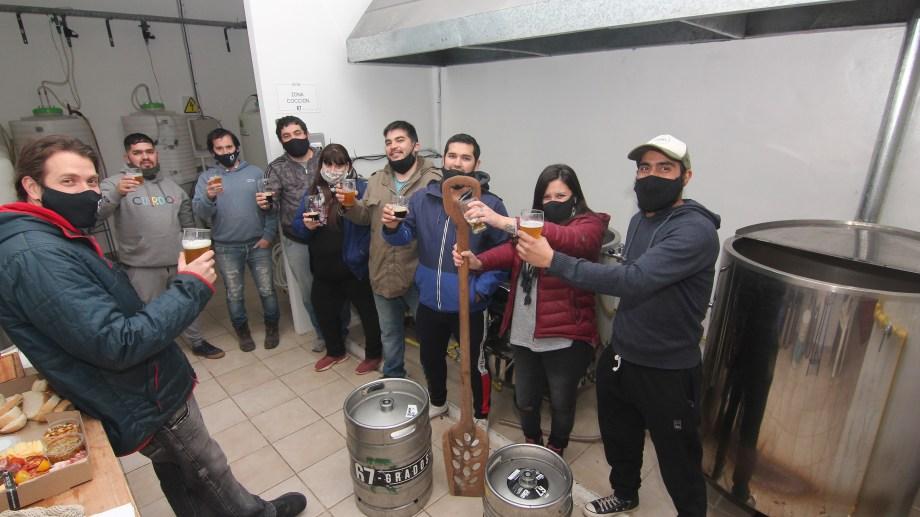 Productoras y productores de cerveza artesanal de Centenario se preparan para el IPA Day (foto Oscar Livera)