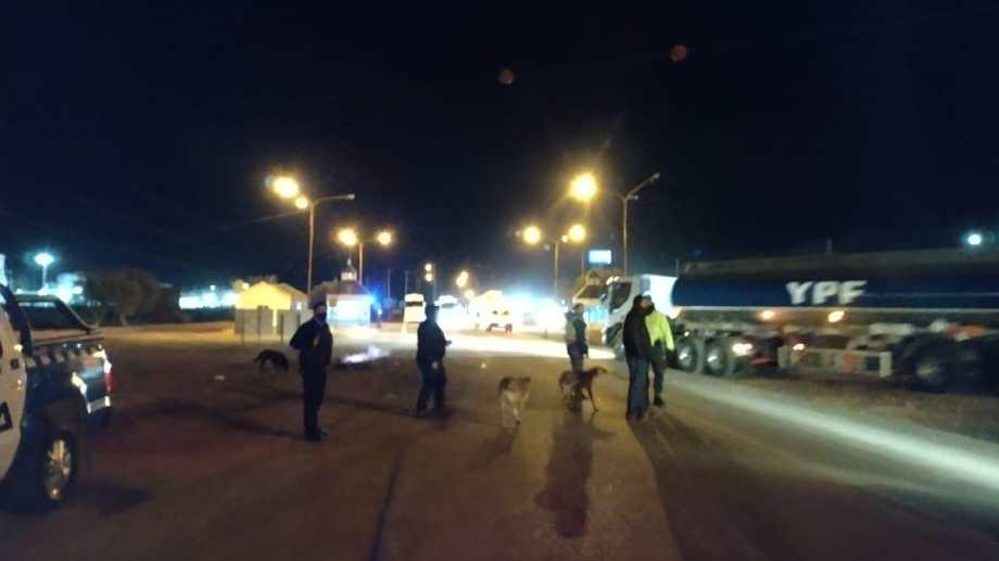 Camiones avanzaban después de la medianoche por la Ruta 22 (Foto: Gentileza Canal 8)