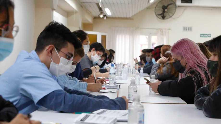 Durante este lunes, hubo gran demanda de vacunación contra la Covid-19 entre los más jóvenes. Foto: Juan Thomes.-