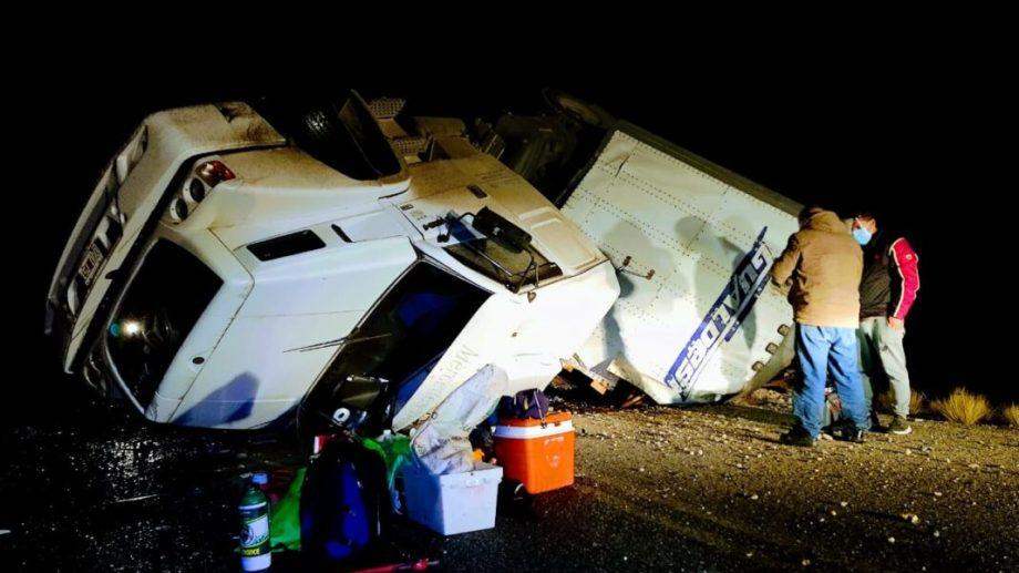 El camión volcó en el kilómetro 280 de la Ruta 152, cerca de Casa de Piedra. (Gentileza AM900).-