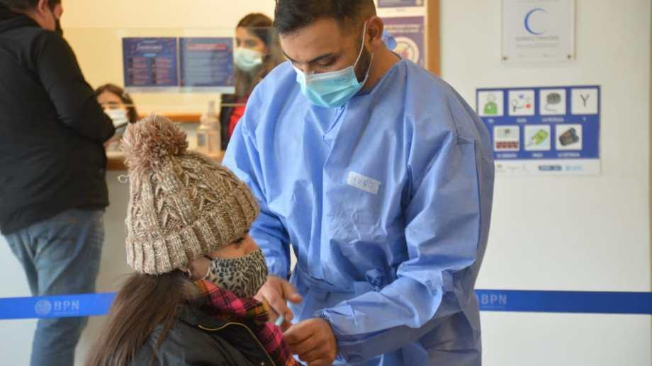 El operativo de vacunación en el Cine Español. Foto: Yamil Regules