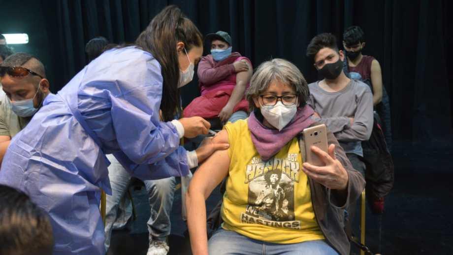 La vacunación en el Cine Teatro Español de Neuquén. Foto: Yamil Regules