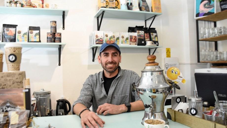 Salvador Campos  dejó su trabajo como comunicador para cumplir el deseo de un café bar. (Foto: Florencia Salto).