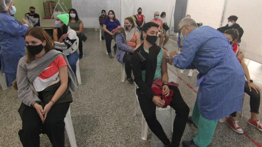 En Neuquén se avanza con la vacunación a mayores de 18 años. (archivo Oscar Livera)