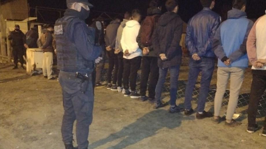 La Policía de Río Negro detuvo a 38 mayores de edad y 3 menores fueron demoradas, por participar de una fiesta clandestina en Bariloche. Foto: Gentileza