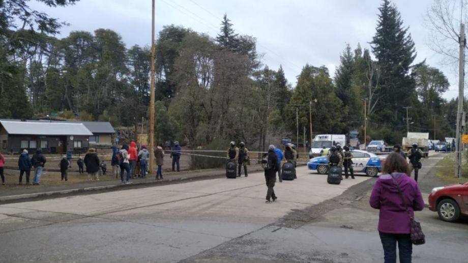 La toma de tierras en un predio del ISSN en Villa La Angostura terminó con un gran operativo policial. Foto: Gentileza