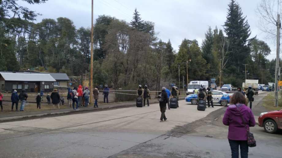 El lunes se realizó un operativo policial en la toma del ISSN en Villa La Angostura Foto: Gentileza