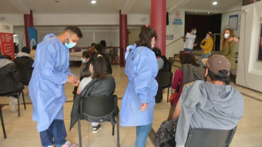 En Neuquén capital la vacunación será en el Cine Teatro Español. Foto: Yamil Regules