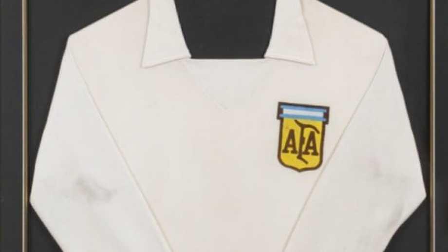 La camiseta que usó Maradona en 1977, en Cipolletti. Foto: Casa Juliens