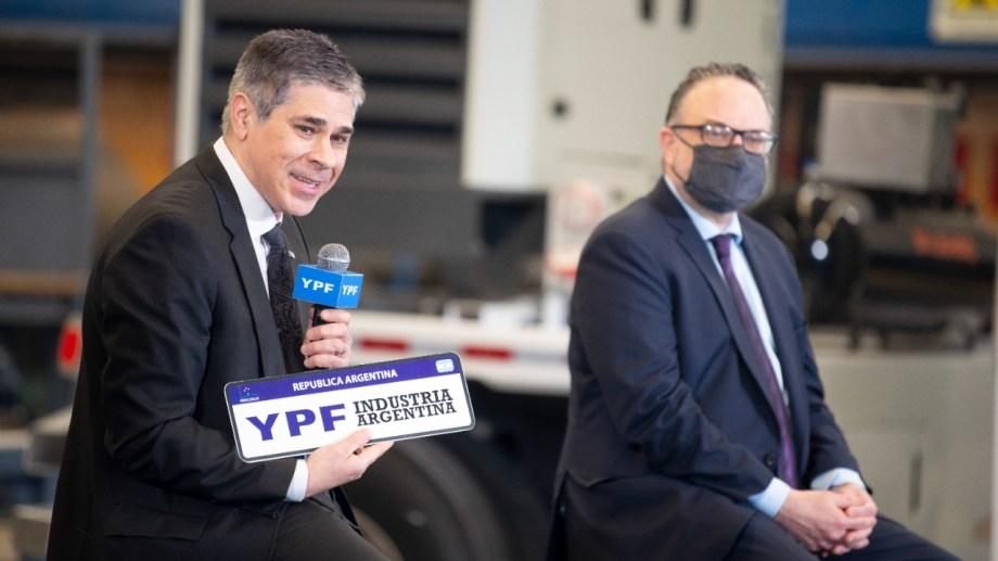 El presidente de YPF recibió las llaves del nuevo equipo de fabricación nacional.
