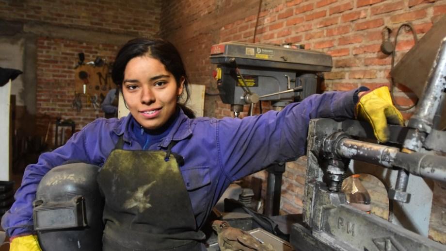 Lili disfruta aprender en el taller metalúrgico mientras se perfecciona en el canto. Foto Emiliana Cantera.