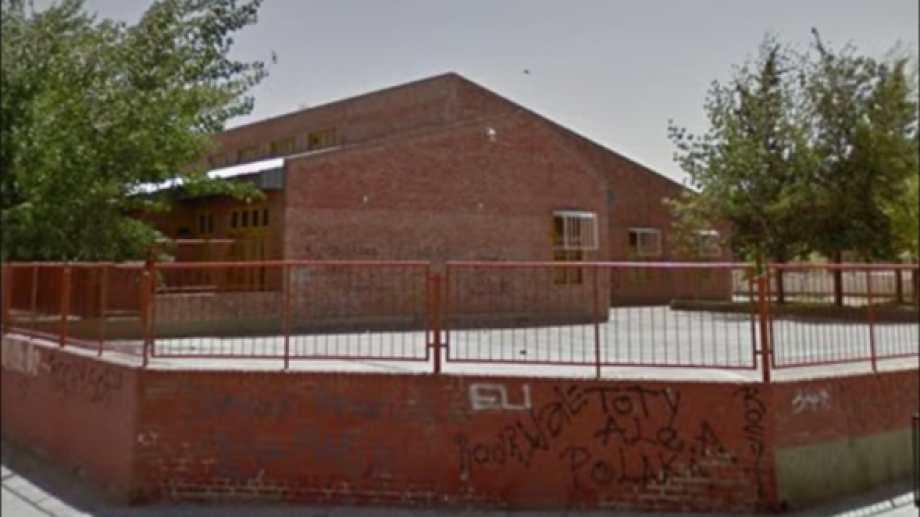 Ingresaron a la escuela y destrozaron vidrios y puertas. Foto: Gentileza Captura Google Street View