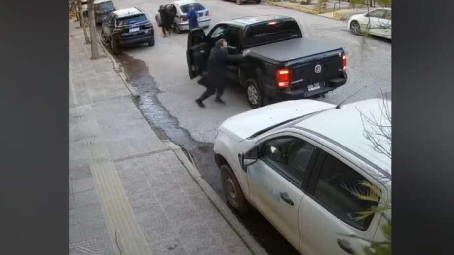 El hecho ocurrió en cercanías de la Casa de Gobierno de Neuquén. Foto: Captura video