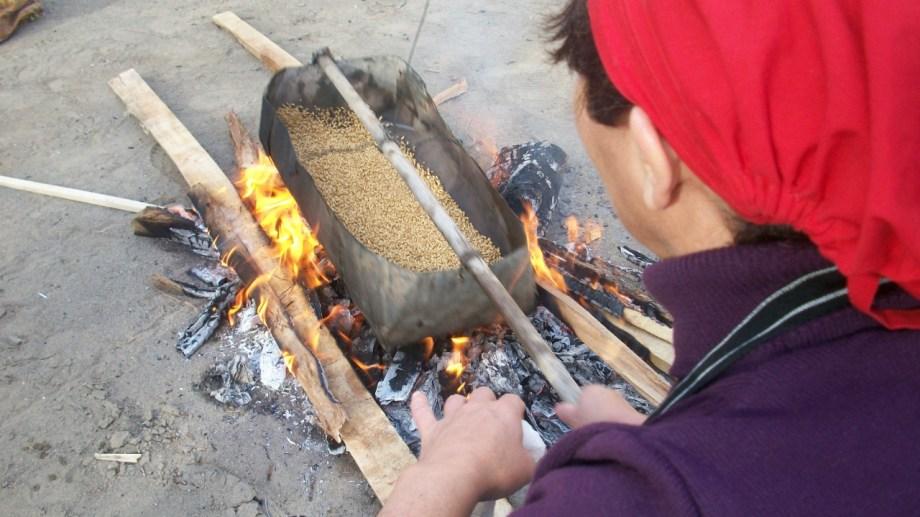 El trigo se coloca en la cayana para ser tostado a fuego muy lento, mientras de lo mueve constantemente.