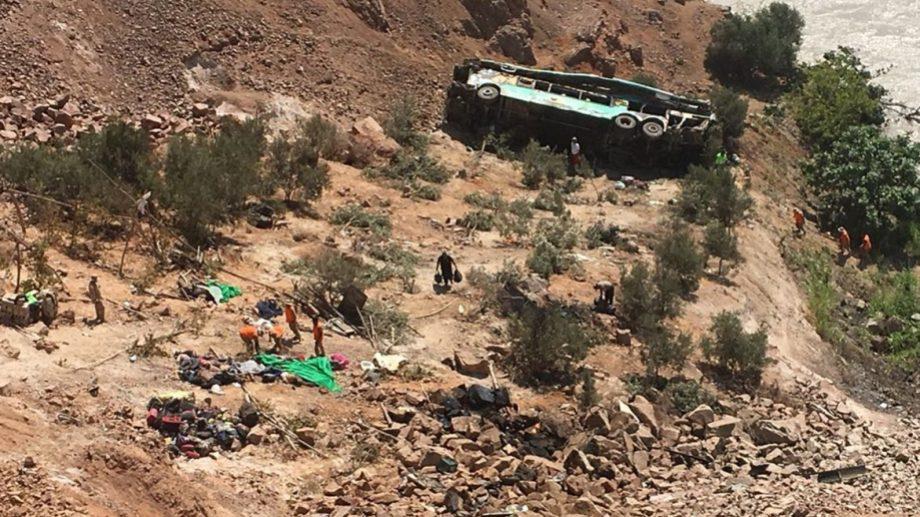 El vehículo se desbarrancó a una profundidad de 50 metros y explotó.