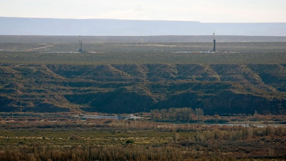 Las torres de perforación  que se ven a pocos kilómetros del paraje. (Foto Florencia Salto)