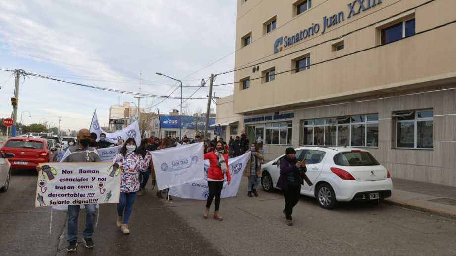 Los trabajadores quisieron visibilizar su reclamo por las calles céntricas de la ciudad. (foto: Juan Thomes)