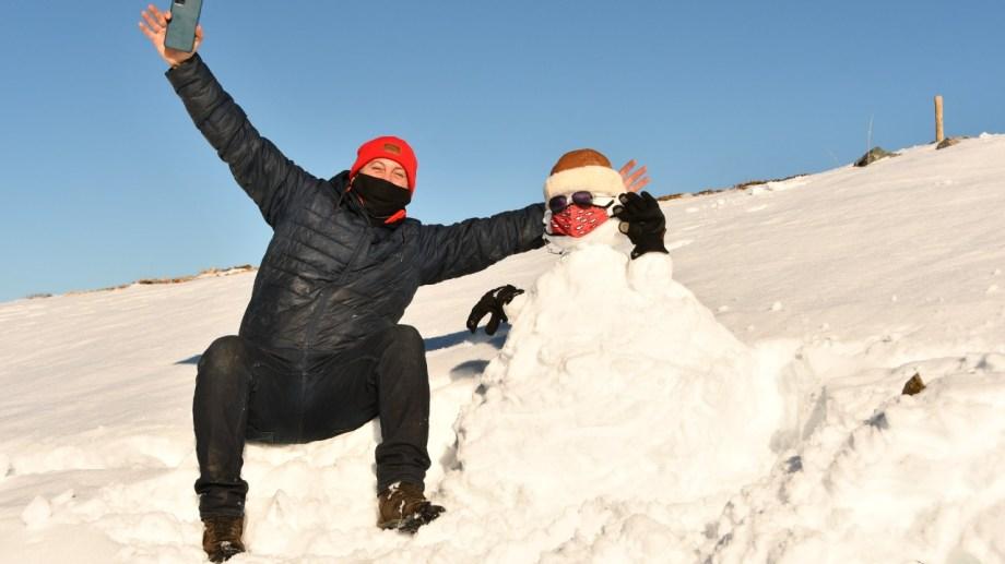 Los primeros muñecos de nieve de la temporada, ayer en cerro Bayo, Villa La Angostura.