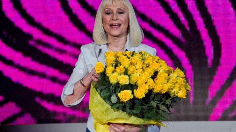 Los fanáticos  de la diva enviaron rosas amarillas a su residencia, porque eran sus favoritas.-