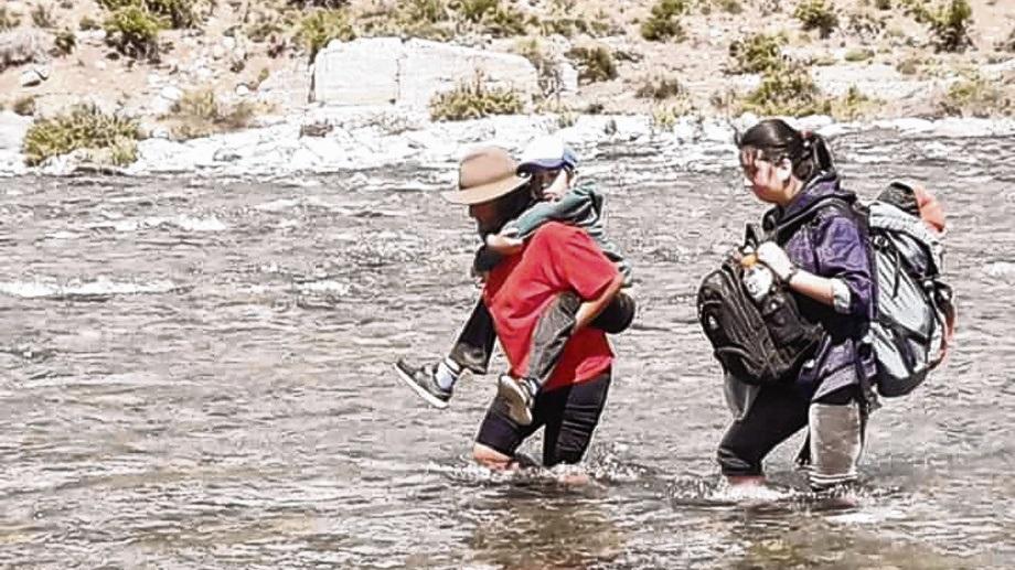 Las familias quieren dejar de cruzar el río a pie y padecer el frío.