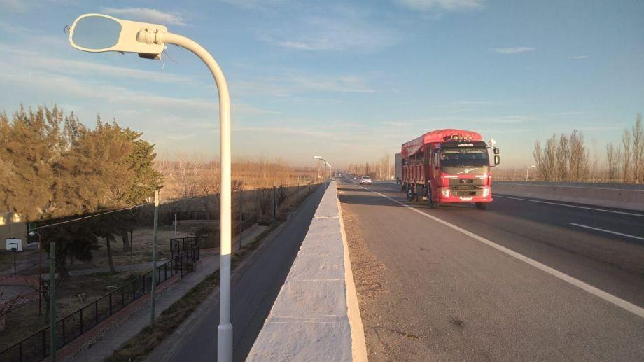 Comenzó la instalación de farolas en la Ruta 22, pero ya las vandalizaron. (Foto Pablo Accinelli)