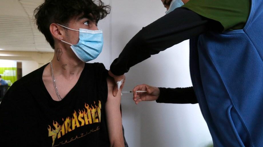 Charlas, risas y gestos en el primer día de vacunación del grupo más joven. Fotos: Juan Thomes
