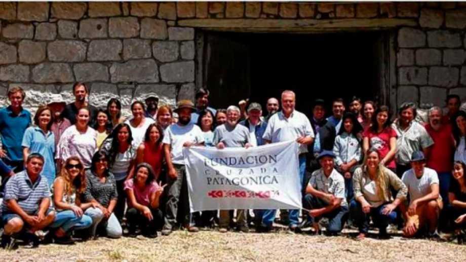El equipo en pleno  de la Fundación, frente al edificio en desuso en Pilca Viejo. Allí se planea la nueva escuela.
