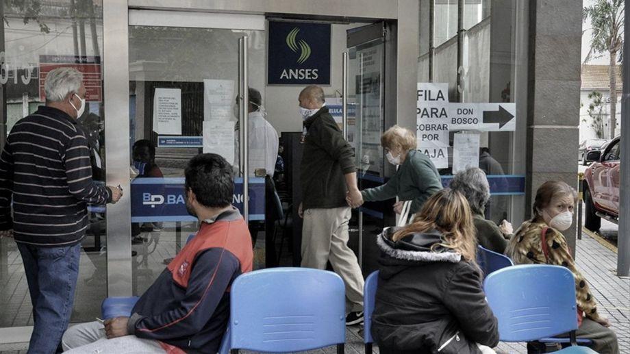 El bono alcanza a jubilados y pensionados que perciban hasta dos haberes mínimos.