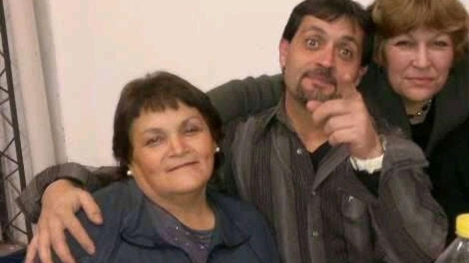 Jorge estuvo 16 meses en una silla de ruedas sin recibir ningún tipo de ayuda. En la imagen junto a su mamá y su tía. (foto: gentileza)