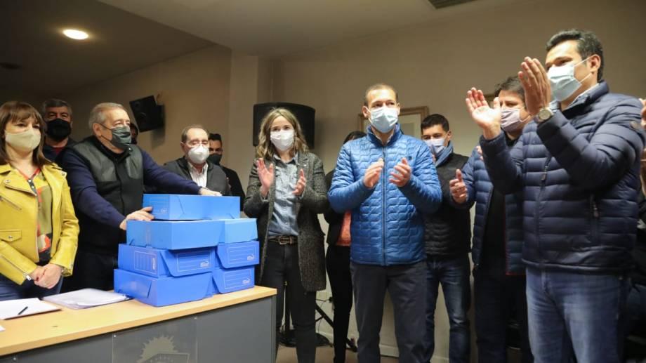 La precandidata fue acompañada del gobernador a presentar los avales. Foto: gentileza.