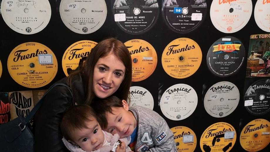 Maia, junto con sus hijos de 3 y 5 años, podrá regresar a Bariloche. Foto: gentileza