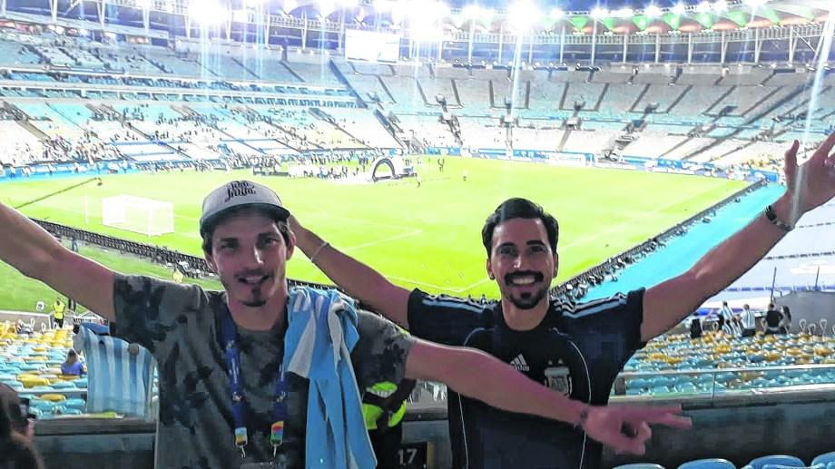 Un privilegiado. Mauricio (derecha) con el Maracaná de fondo y los jugadores festejando.