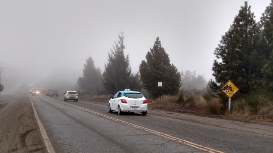 La niebla que cubre Bariloche reduce la visibilidad en rutas y avenidas.