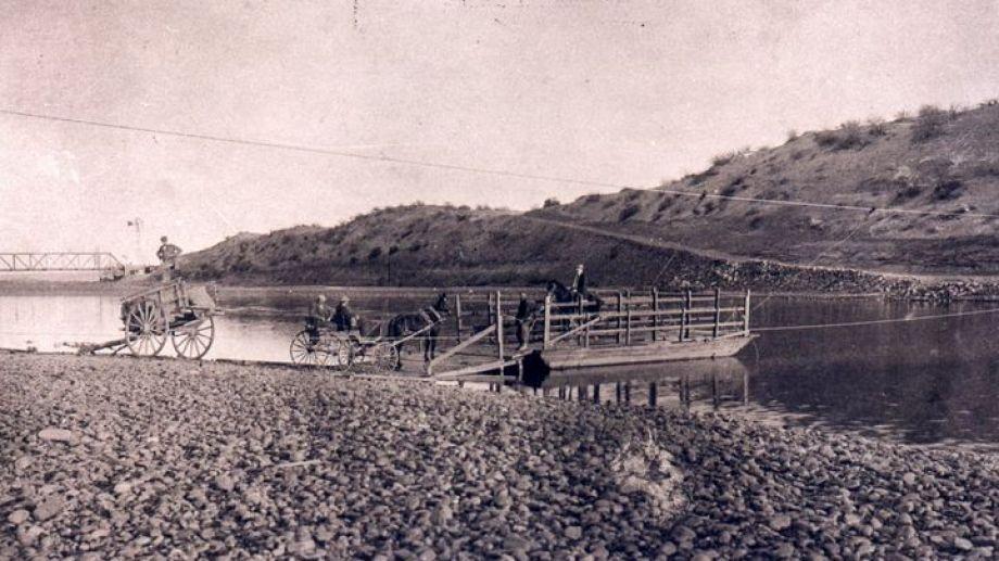 Había que esperar hasta que el río permitiera el paso. (FOTOS: museo Paraje Confluencia-Archivo Histórico Municipal)